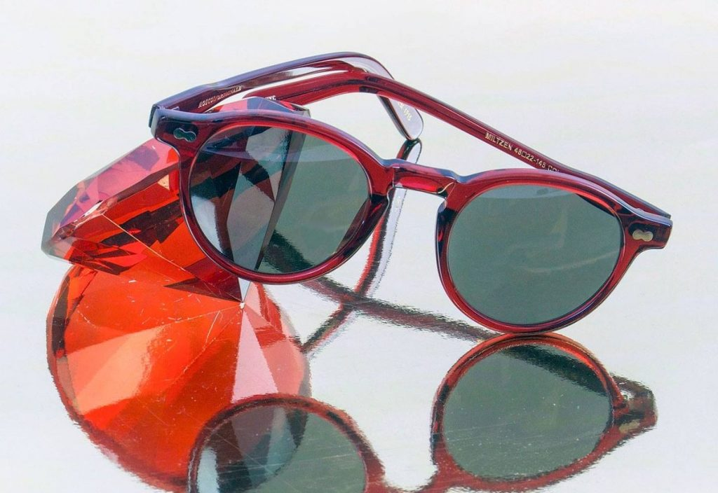 Brillen bei Sattler Optik - Rote Brille mit rotem Edelstein