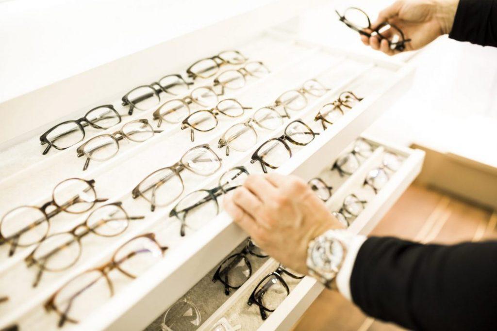 Brillenpflege - Brillenauswahl auf Regal bei Sattler Optik
