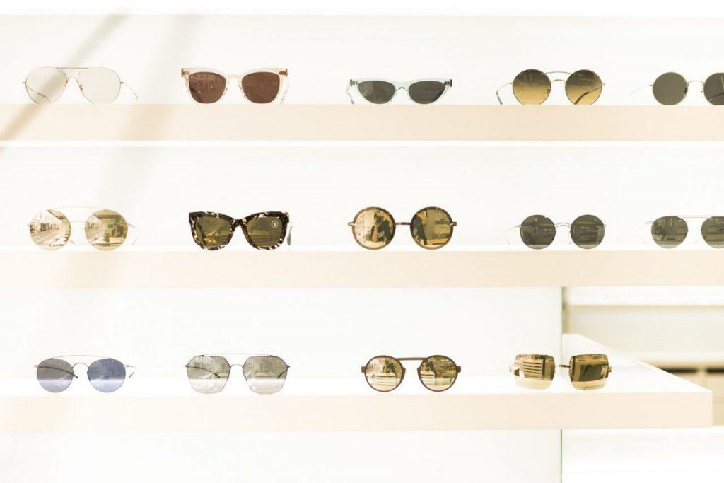 Optiker Graz - Brillenregal mit Brillen und Sonnenbrillen bei Sattler Graz