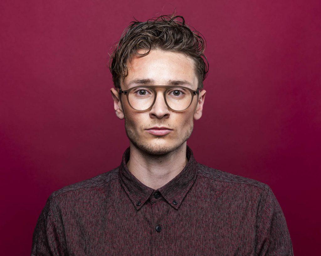 Brillen bei Sattler Optik - Junger Mann mit Locken und Brille