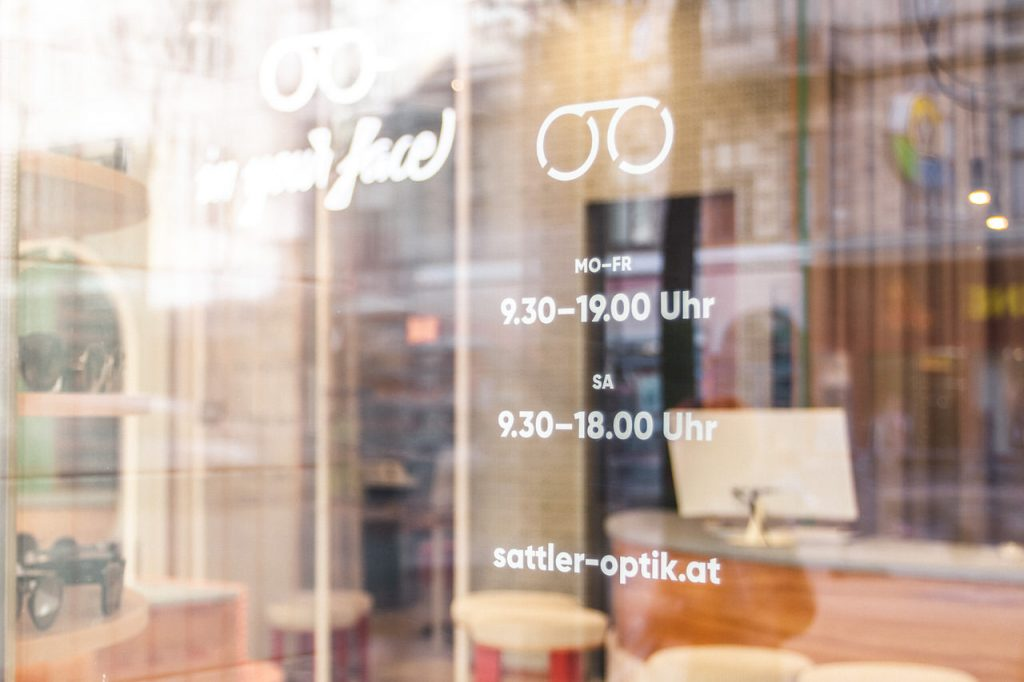 Optiker Wien - Öffnungszeiten an der Auslage in der Sattler Optik-Filiale auf der Mariahilferstraße in Wien