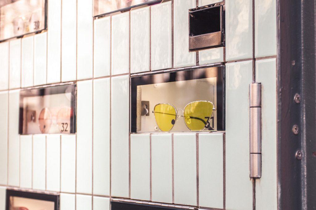 Optiker Wien - Close Up der Auslage Sattler Optik-Filiale auf der Mariahilferstraße in Wien