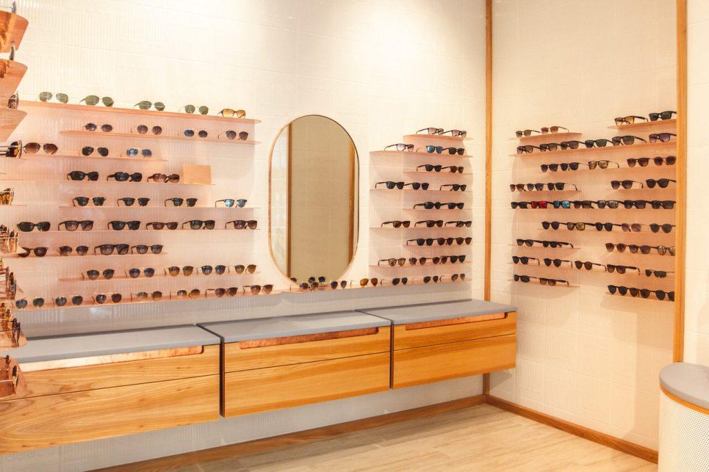 Optiker Wien - Brillenregale, Spiegel und Holzoptik in der Sattler Optik-Filiale auf der Mariahilferstraße in Wien