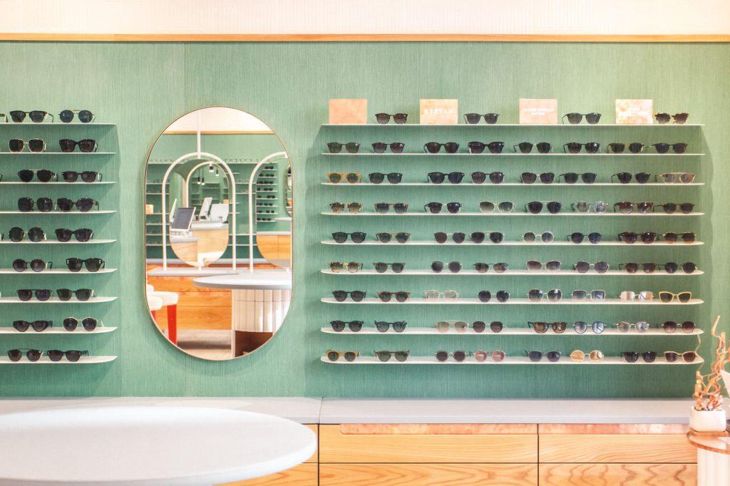 Optiker Wien - Brillenregale und Spiegel in der Sattler Optik-Filiale auf der Mariahilferstraße in Wien